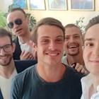 Филип (с черната тениска) с колегите си на дипломирането