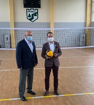 Министър Кралев и врачанския кмет Каменов в обновената  с 1.2 млн. спортна зала.