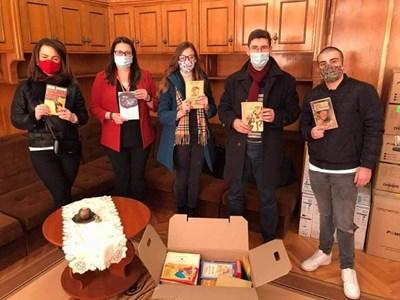 Младите ротарианци с част от набраната литература