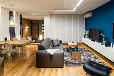 """Естествените материали внасят топлина в дома. Осветлението е изцяло LED, монтирало в специално разработените бели конзоли от """"Деко""""."""