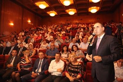 Голямата зала на общината в Търново бе препълнена, присъстваха над 350 души, обединени от каузата за възраждане на Българския север. Цветан Цветанов заяви, че това е цел и на всички политически сили. СНИМКА: Николай Литов