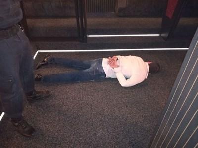 Един от арестуваните при нощната акция в еротичния клуб. Снимки: МВР