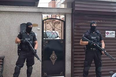 Спецполицаи охраняват палата на Менду. Снимки: Руслан Йорданов