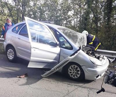 76-годишният шофьор на смачкания автомобил е издъхнал в болницата.