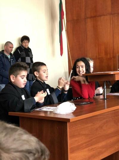Четвъртокласници сложиха тоги и разиграха граждански процес в районния съд в Несебър.