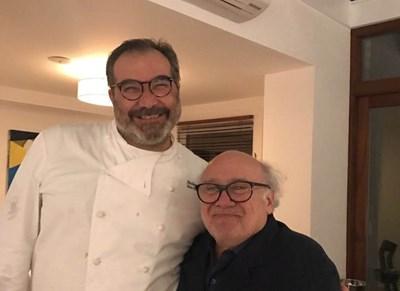 Стефано Стаки с благодарния си клиент Дани де Вито