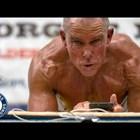 """Мъж на 62 години прекара над 8 часа в поза """"дъска"""", счупи рекорд (Видео)"""