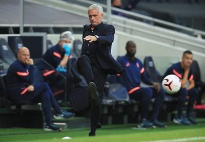 """Жозе Моуриньо ядосано рита топката по време на загубата от """"Евертън"""" у дома през уикенда. СНИМКА: РОЙТЕРС"""