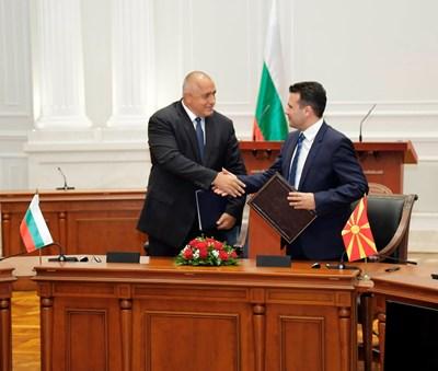 Бойко Борисов и Зоран Заев подписаха договора за приятелство през 2016 г. в Скопие. Македонците обаче блокираха работата на комисията, която трябва да изчисти учебниците по история от спорните моменти.