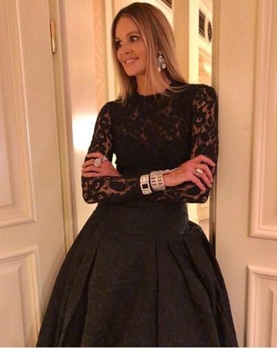 Ел Макферсън с роклята ан дизайнерката. СНИМКА: ЛИЧЕН ПРОФИЛ НА МОДЕЛКАТА В ИНСТАГРАМ
