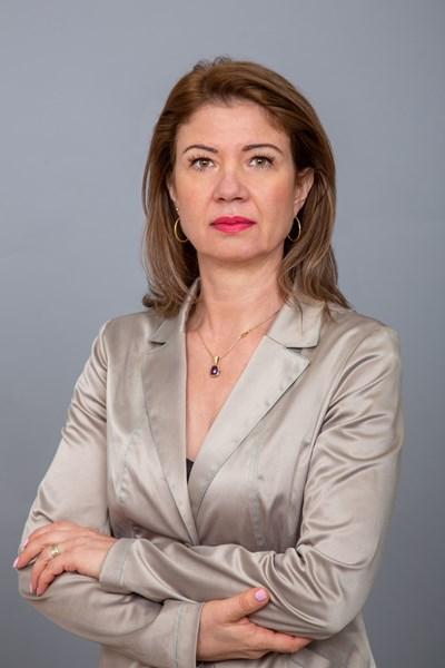 """Радина Банкова е родена на 25 април 1969 г. в град Ловеч. Завършила е международни икономически отношения в УНСС. През 1996 г. се връща в Ловеч и оглавява семейната фирма """"Крис Фешън"""" за дамски плетени облекла, която ръководи и до днес. Шеф на УС на Асоциацията на производителите и износителите на облекла и текстил в България, член на Европейската текстилна асоциация."""