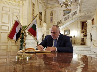 Преди заминаването си от египетската столица българският премиер остави послание в специалната книга в кралския дворец Кубе палас СНИМКА: МС