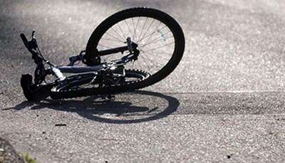 С опасност за живота е 17-годишна, паднала от колело във Врачанско