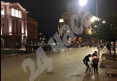 Към момента протестиращите са 300-400 души. Снимка: 24 часа
