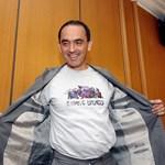 Мартин Заимов с тениска с боядисания паметник