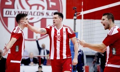 """Тодор Алексиев (в средата) изигра поредния си силен мач за """"Олимпиакос""""."""