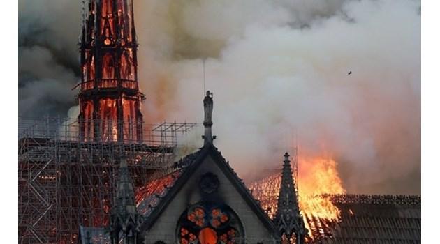 Късо съединение унищожи символа на Париж. Макрон е пред Нотр Дам