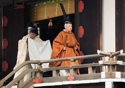 Облечен в традиционни дрехи, император Акихито посети главния храм, посветен на богинята на Слънцето, за да уведоми боговете за абдикирането си. СНИМКА: РОЙТЕРС
