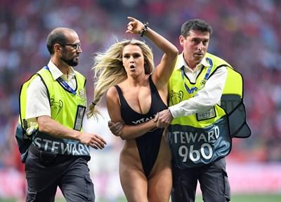 Нахлуването на блондинката по време на финала в Шампионската лига бе най-интересното събитие в него. СНИМКА: РОЙТЕРС