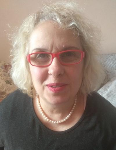"""Нели Стефанова е родена през 1958 г. във Велико Търново. Завършила е книгоиздаване в Москва. Работила е като симултанен преводач. След 1989 г. основава издателство """"Византия"""" и е сред първите частни издатели у нас."""