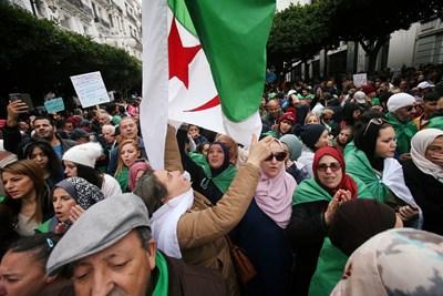 След като вчера станаха ясни резултатите от изборите, хиляди алжирци протестираха в столицата и в други градове. Снимка РОЙТЕРС