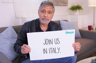 Джордж Клуни кани в дома си.