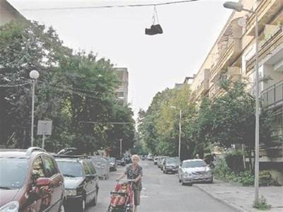 """Фоторепортери на """"24 часа"""" заснеха висящи обувки, окачени през последните 2 месеца в софийските квартали Младост 4 и Изток. СНИМКИ: РЕНЕТА ПОПОВА И ДЕСИСЛАВА КУЛЕЛИЕВА"""