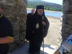 Дядо Киприан влиза в потопената черква за началото на църковната служба.