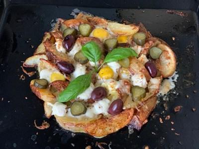 Картофена пица с пъдпъдъчи яйца, приготвена с моцарела и кисели краставички