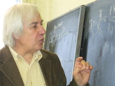 Знаменитият учител по физика от Казанлък Теодосий Теодосиев днес навършва 73 години, но по принцип не празнува рождените си дни. СНИМКА: Авторът