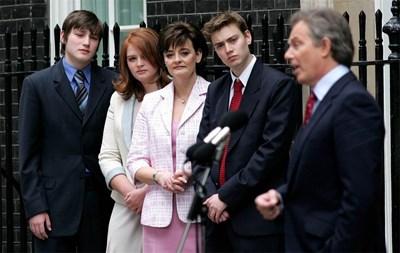 Семейство Блеър с трите си по-големи деца. СНИМКА: РОЙТЕРС