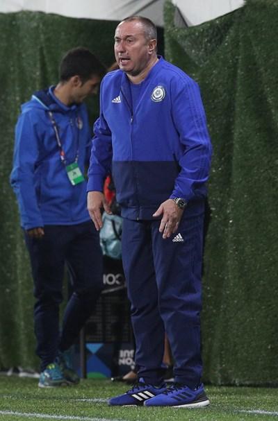Селекционерът на Казахстан Станимир Стоилов крещи гневно към играчите си, които направиха само 1:1 при гостуването си на Андора. СНИМКА: РОЙТЕРС
