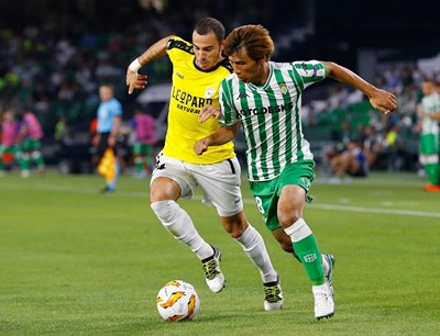 """Едисон (вляво) води топката в мача с """"Бетис"""". СНИМКА: РОЙТЕРС"""