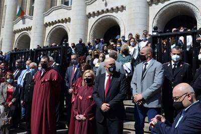Магистрати протестират пред Съдебната палата в София срещу предложените поправки в закона, с които да се закрие спецсъдът и спецпрокуратурата.  СНИМКА: ЙОРДАН СИМЕОНОВ