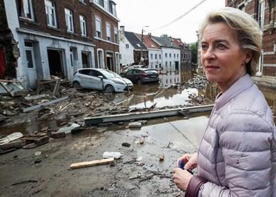 Шефката на Европейската комисия Урсула фон дер Лайен гледа щетите от наводненията в Пепинстър, Белгия.