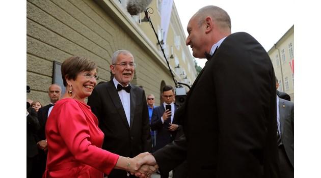 Президентът и съпругата му на оперна премиера в Залцбург. Радева с черен тоалет