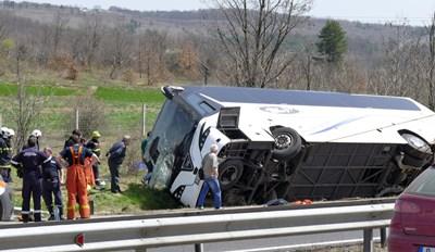 """Жестокият удар станал около 11,15 часа на магистрала """"Тракия"""". Ударили се """"Рено Меган"""" и автобус на """"Юнион Ивкони"""".  СНИМКИ: ПИЕР ПЕТРОВ"""