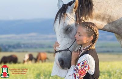 Девойка в носия позира с кон - една от снимките в изложбата.