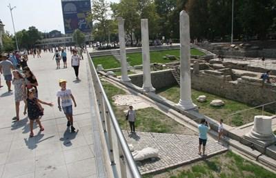 Обновеният площад на Пловдив с реставрираните западни пропилеи от древната агора