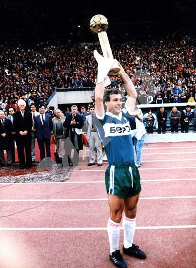 """Теньо Минчев току-що е вдигнал шампионската купа на България, след като """"Берое"""" спечели титлата през 1986 г. СНИМКА: 24 часа"""