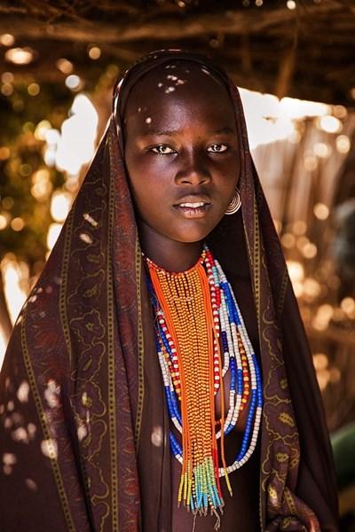 В долината на Омо, Етиопия, можеш да откриеш племена, които живеят сякаш в отминали хилядолетия. Голотата е нещо нормално. Прозрачен плат предпазва тази жена от слънцето. 4G мобилната мрежа обаче вече е там. Скоро всички ще имат смартфони. Снимки: http://theatlasofbeauty.com/ Instagram