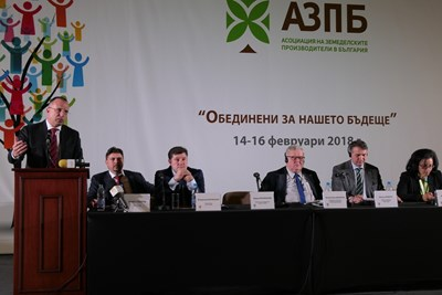 Националната конференция на земеделските производители бе открита във Варна от министър Румен Порожанов и председателя на Комисията по земеделие и развитие на селските райони към Европейския парламент Чеслав Шекерски.