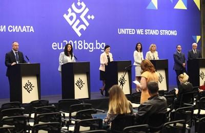 В края на форума бе приета декларация, в която е записано, че трябва да се вземат спешни мерки срещу двойния стандарт. СНИМКА: Снимки: Йордан Симеонов