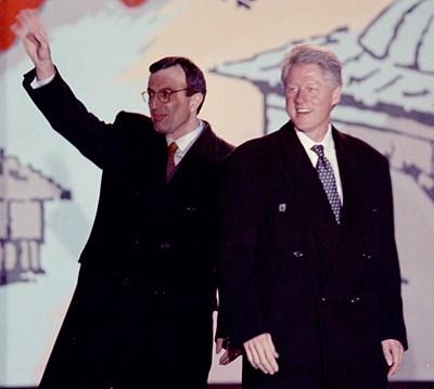 """Бил Клинтън пристигна в София на 21 ноември 1999 г. На площада пред храма """"Св. Ал. Невски"""" го приветства българският президент Петър Стоянов заедно с хиляди граждани."""