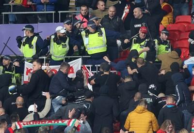 """Полицаи налагат развилнели се унгарски фенове на """"Уембли"""".  СНИМКА: РОЙТЕРС"""
