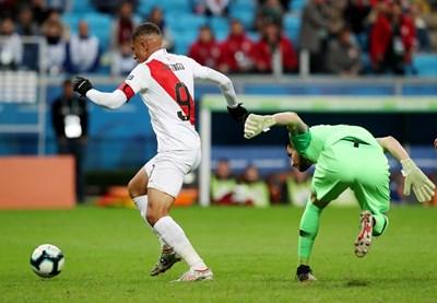 Ветеранът Паоло Гереро вкарва последния гол за Перу при победата с 3:0 над вече детронирания шампион на Южна Америка Чили. СНИМКА: РОЙТЕРС
