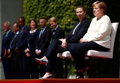 Мете Фредериксен и Ангела Меркел изслушаха химните на Дания и Германия седнали   СНИМКИ: Ройтерс