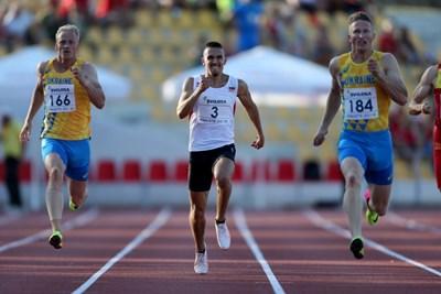 Иванов (в средата) бе най-бърз на 200 м