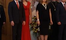 Виж Деси Радева в червена рокля до земята, а Илияна Йотова - в черна до под коленете, на приема за 24 май