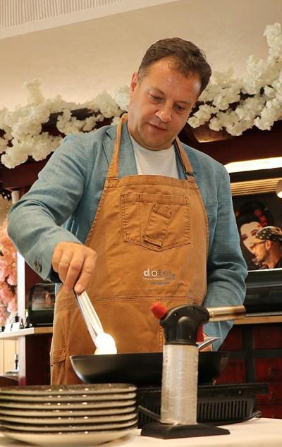 Даниел Панов показа кулинарни умения в Професионалната гимназия по туризъм